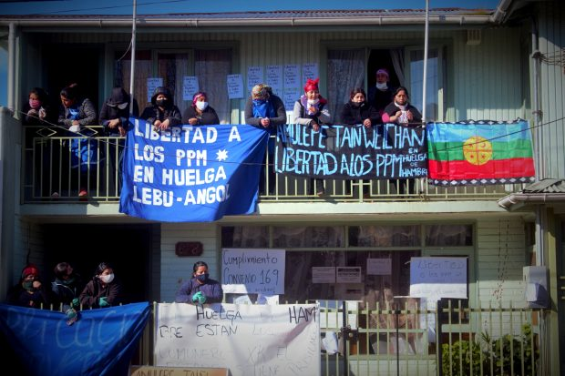 Mujeres mapuche se toman las oficinas de gendarmería en Concepción, en apoyo a los 12 comuneros que se encuentran en huelga de hambre. Foto: Julio César Parra.