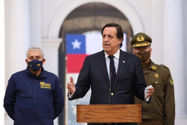 El actual titular de Interior, Víctor Pérez, al igual que sus antecesores, se ve enfrentado en una pugna para ver quién fiscalizar a Carabineros. Foto: Ministerio del Interior.