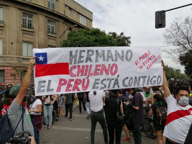 Un grupo de peruanos participa de las protestas sociales en Chile.