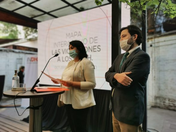 Los jefes de la Unidad de Estudios y Memoria del INDH, Dayana Guzmán; y de la Unidad Jurídica Judicial del INDH, Rodrigo Bustos. Foto: Radio Universidad de Chile.