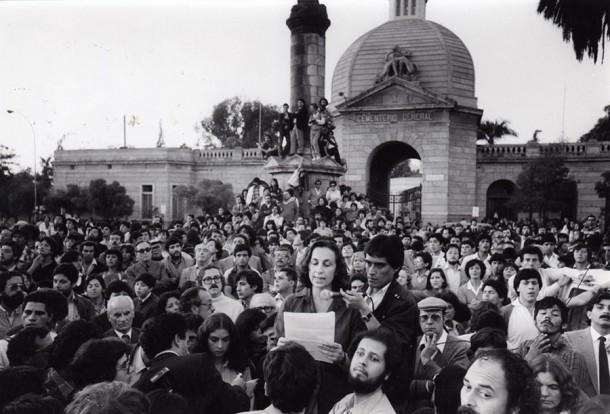 Fanny Pollarolo, hablando en los funerales de José Manuel Parada y Manuel Guerrero, ambos asesinados por los organismos de la dictadura. Foto: Archivo Fortín Mapocho.