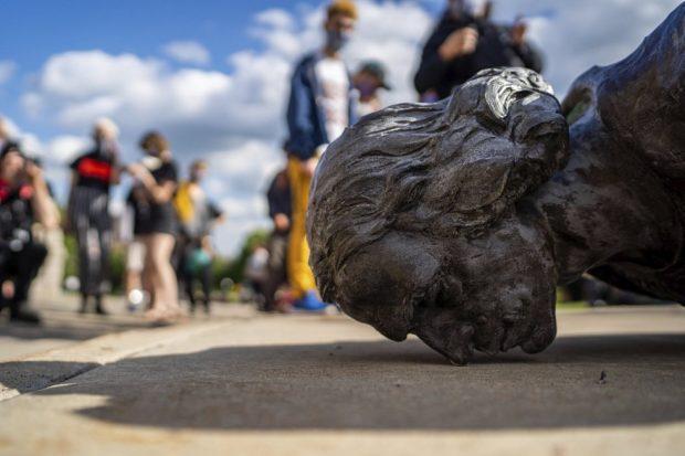 estatua derribada