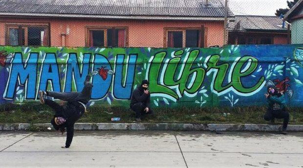 Intervención de los amigos de Marcelo Mandujano en la Costanera de Punta Arenas.