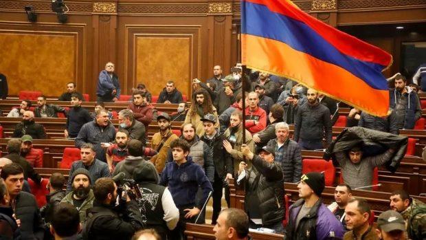 Manifestantes irrumpieron en la sede del Gobierno armenio tras las informaciones de que Armenia había entregado territorios. Foto: RFI.