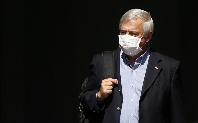 05 de Abril de 2020/SANTIAGO  El ministro de Salud, Jaime Mañalich, se retira del Palacio de La Moneda, tras realizar el balance de contagiados y fallecidos por Covid-19. FOTO:CRISTOBAL ESCOBAR/AGENCIAUNO