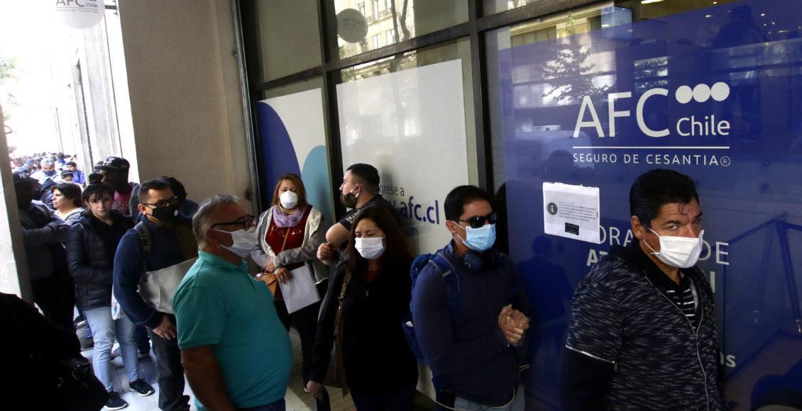 Santiago , 3  de Abril de 2020 Largas filas se registran en la en el Seguro de Cesantia AFC  Chile, ubicado en la calle Teatinos.  en la foto trabajadores esperan para realizar sus tramites. Javier Salvo/ Aton Chile