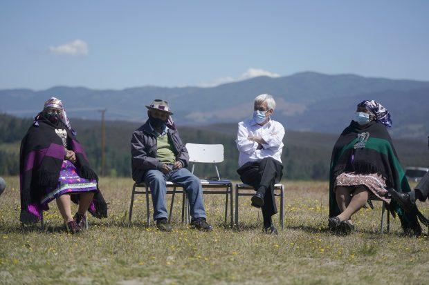 En su visita a La Araucanía en noviembre de 2019, el presidente Sebastián Piñera junto al ministro Rodrigo Delgado se reunieron con una comunidad mapuche en Los Sauces, Angol. Foto: Presidencia.