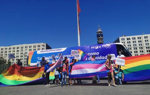 """Como respuesta al controversial """"Bus de la Libertad"""", el Movimiento de Integración y Liberación Homosexual (Movilh) dispuso de su """"Bus de la Diversidad"""" para recorrer las calles de Valparaíso y Santiago con mensajes de inclusión. Foto: Radio UChile."""