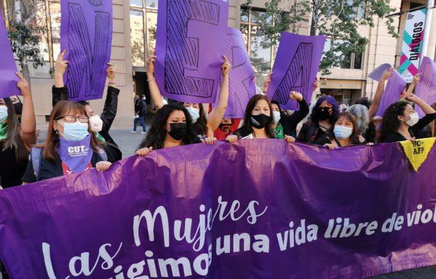 Mujeres dirigentas e integrantes de organizaciones feministas realizaron una intervención en el frontis de La Moneda para evidenciar la grave situación de violencia hacia las mujeres en que se encuentra el país. Foto: Radio UChile.