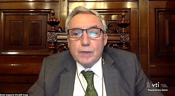 El Rector Ennio Vivaldi relevó los valores del Rector Juvenal Hernández que se encarnan tanto en María Teresa Ruiz como en Grínor Rojo.