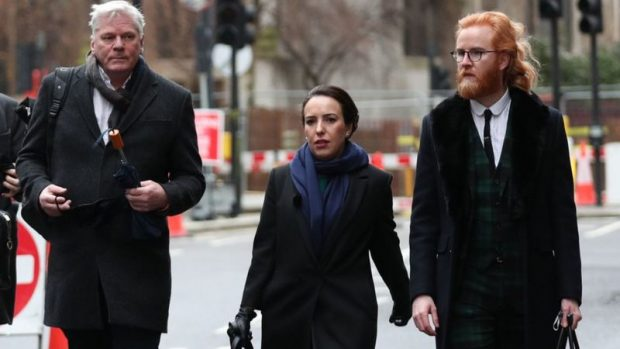La pareja de Assange, Stella Moris (centro), con el portavoz de Wikileaks Kristinn Hrafnsson (izq.) a su llegada al tribunal criminal central en Londres.