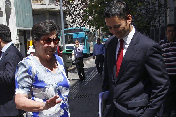 Carmen Frei junto al abogado Francisco Ugás.  Foto: Dragomir Yankovic/Aton Chile