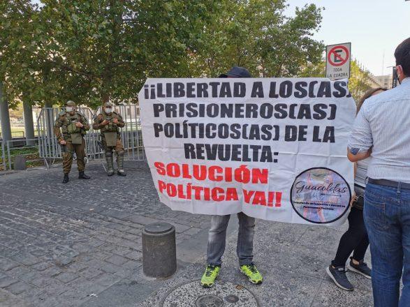 Organizaciones de derechos humanos y agrupaciones de familiares de los denominados presos de la revuelta llegaron hasta el Palacio de La Moneda para entregar una carta al Presidente Piñera. Foto: Tomás González F. / Radio UChile.