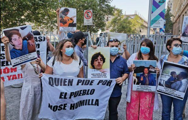 Junto a parlamentarios y otras figuras políticas, las organizaciones y agrupaciones se reunieron a las afueras del Palacio de Gobierno para protestar pidiendo la libertad de sus familiares. Foto: Tomás González F. / Radio UChile.