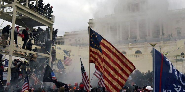 Partidarios del presidente Donald Trump protestan frente al Capitolio de Washington.