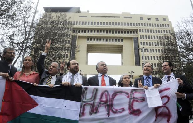 En 2012, frente a la ocupación israelí en la Franja de Gaza, parlamentarios y autoridades de la comunidad palestina protestaron a las afuera del Congreso chileno haciendo un llamado al Gobierno a condenar la situación. Foto: Agencia UNO.