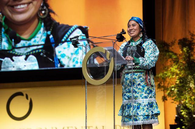 El lonko Alberto Curamil fue galardonado en 2019 con el Premio Ambiental Goldman o 'Nobel verde'. En ese momento se encontraba en la cárcel y fue su hija, Belén Curamil, quien recibió el premio en San Francisco. Foto: BBC.