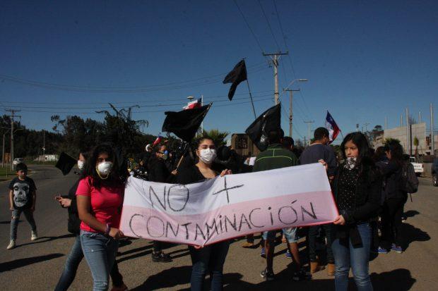 25 DE AGOSTO DE 2018/QUINTERO Vecinos protestan contra las plantas contaminantes tras los œltimos hechos donde han resultado varias personas intoxicadas por lluvia acida FOTO: SANTIAGO MORALES/AGENCIAUNO