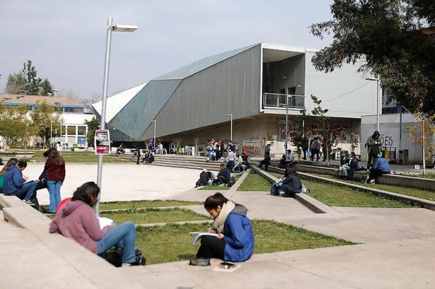 Alumnos y alumnas de la universidad de Chile estudian y sociabilizan en los patios interiores.
