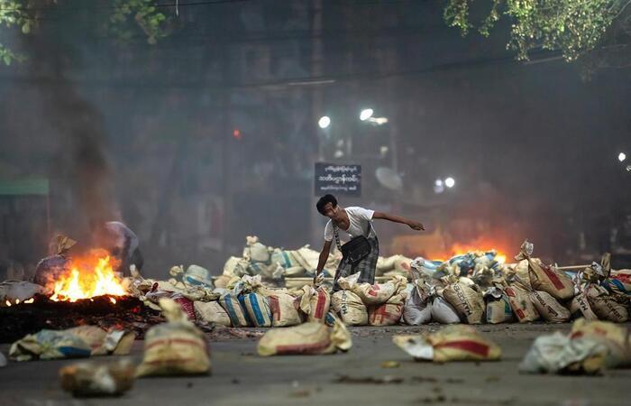 activistas-en-birmania-lanzan-ataque-basura-contra-regimen-militar-1-noticias-caracas