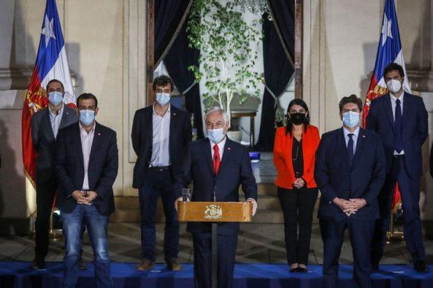 Desde La Moneda, acompañado de los presidentes de partidos de Chile Vamos -excepto Evópoli- y los candidatos presidenciales de su sector -a excepción de Ignacio Briones-, el Presidente anunció un proyecto propio para el tercer retiro de ahorros previsionales. Foto: Agencia UNO.