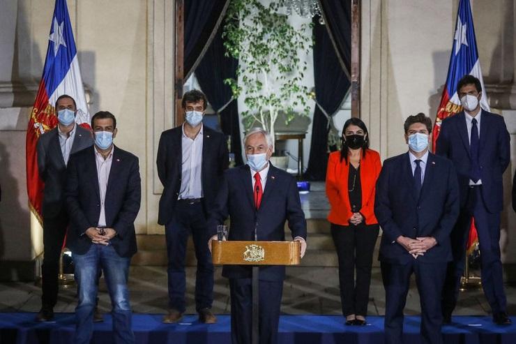 Ni el presidente del partido, el diputado Andrés Molina, ni su carta presidencial, el exministro Ignacio Briones, posaron para las cámaras en La Moneda. Foto: Agencia UNO.