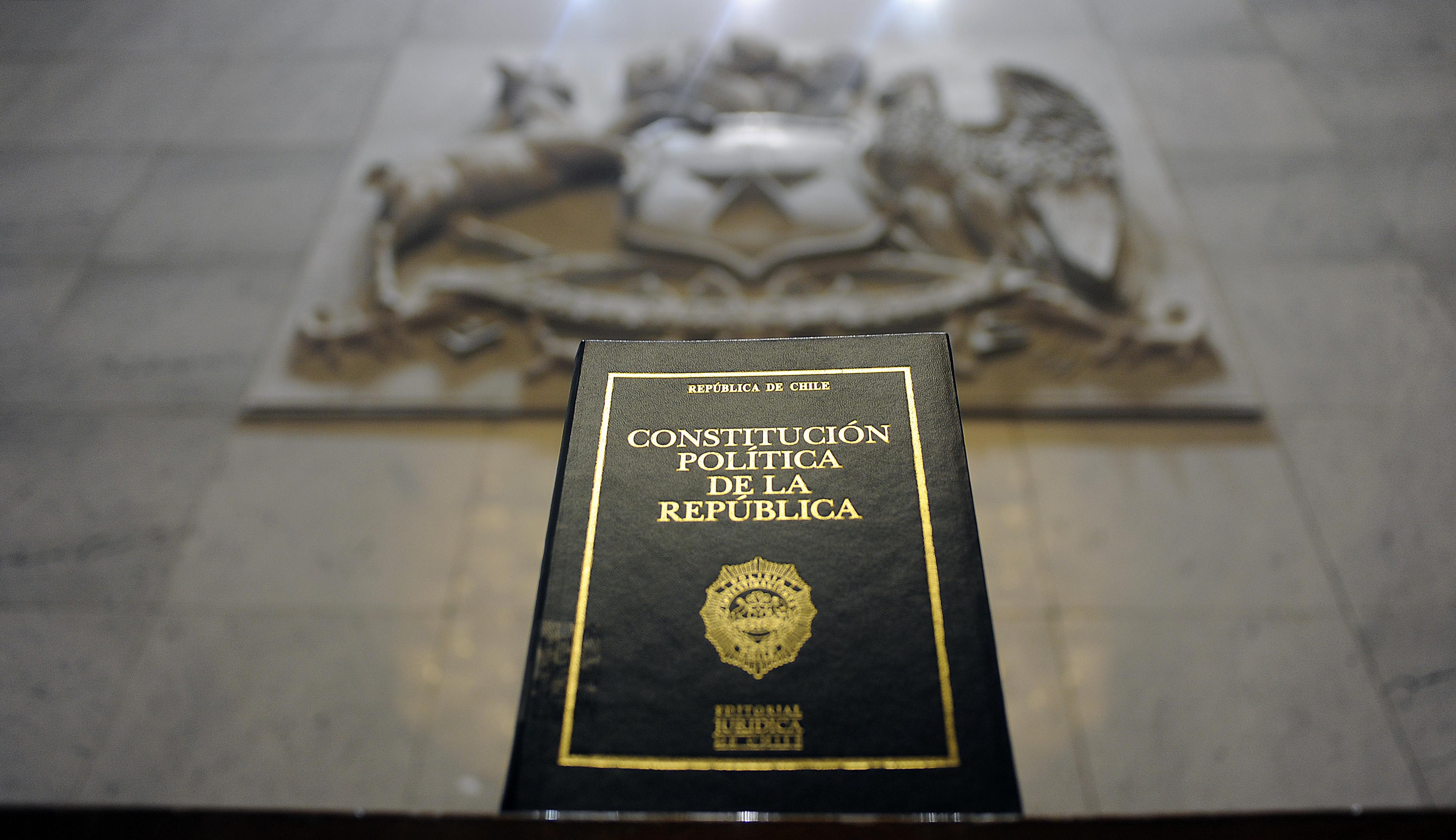 16 OCTUBRE   de 2015 /VALPARAISO Fotografía de la constitución de la Republica de Chile  en el salón plenario del Congreso Nacional. Después que la Presidenta de la Republica anuncio en su campaña el proceso para reformar la Constitución redactada por el régimen de Augusto Pinochet en 1980.  FOTO: PABLO OVALLE ISASMENDI / AGENCIAUNO