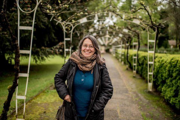 """La periodista Pascale Bonnefoy es corresponsal de The New York Times y académica del Instituto de la Comunicación e Imagen de la Universidad de Chile. Es autora de los libros """"Cazar al cazador"""" (2018) y """"Terrorismo de Estadio"""" (2005). Foto: The Clinic."""