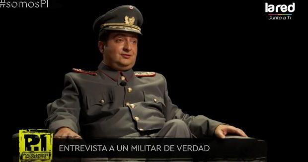 En la edición del viernes 16 de abril del programa Políticamente Incorrecto del canal de TV La Red, se emitió una parodia humorística personificando a un general del Ejército. Foto: Captura La Red.