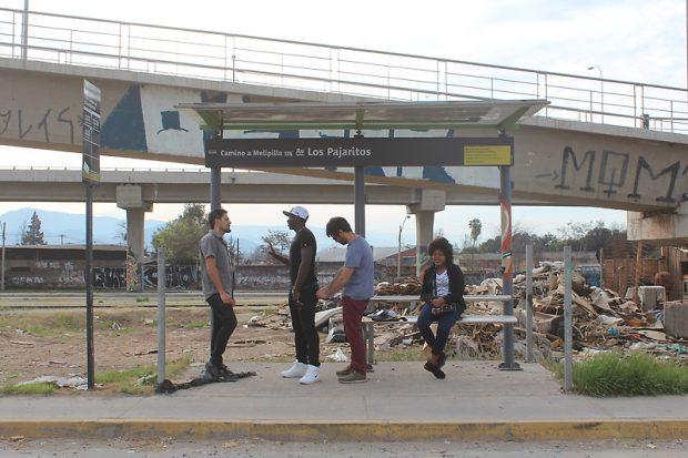 Fotograma de Viaje especial, el documental que recorre y recoge las conversaciones ocurridas en paraderos del trasporte público en Chile.