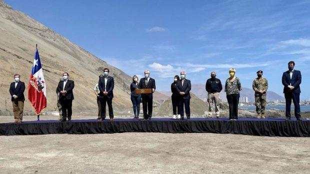 Este domingo, desde Iquique, el Presidente Piñera promulgó la nueva Ley de Migraciones. Lo acompañaron el ministro y subsecretario del Interior, además de los directores de Carabineros y la PDI. Foto: Presidencia.