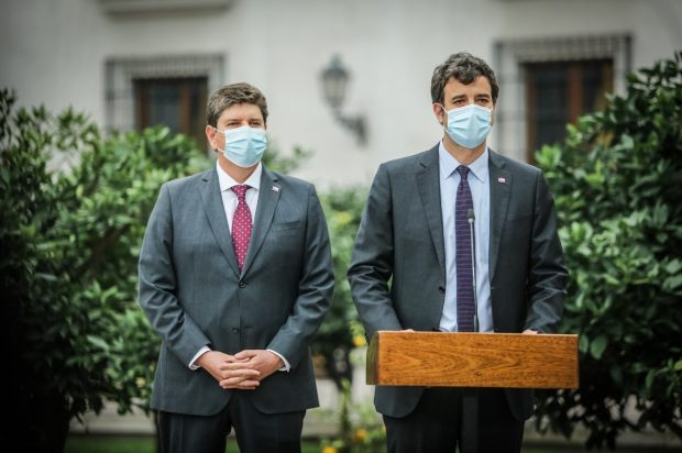 Ministros Rodrigo Cerda y Juan José Ossa, en la conferencia de prensa realizada ayer en La Moneda. FOTO: Presidencia
