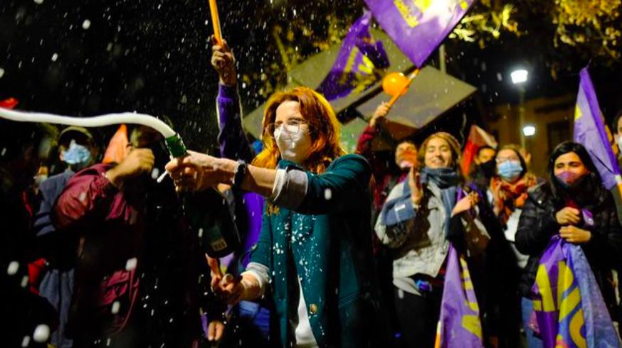 Emilia Ríos celebrando junto a sus adherentes luego de conocer el triunfo en Ñuñoa.