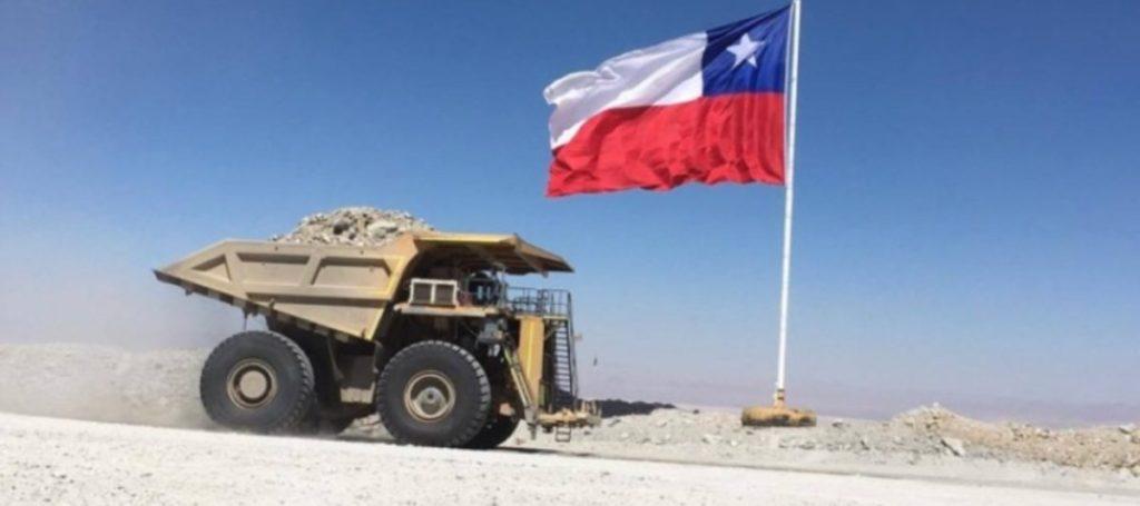 camion-minero-y-bandera-de-chile-1200x533-1-1024x455