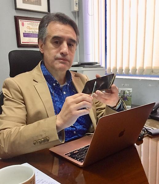 El doctor Luis Quiñones fue el primer voluntario del estudio e hizo PCR a su notebook y celular.