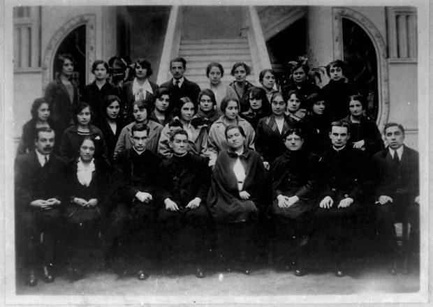 Fotografía tomada el mismo día en que Gabriela Mistral parte a México en 1922. Liceo N°6 de Niñas Teresa Prats de Sarratea, Santiago. Archivo Central Andrés Bello. U. de Chile.