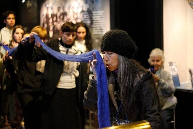 """Registro de la artista Cecilia Vicuña durante su performance """"Patipelaos"""" realizada en 2016, en la Sala Museo Gabriela Mistral.."""