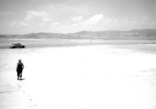 Glenda Kapstein en el Desierto de Atacama, Antofagasta, 1992. Archivo GKL.