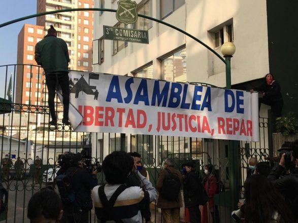 Una decena de detenidos dejó la acción de Carabineros contra un grupo de manifestantes que en el frontis de la Catedral exigían encadenados a una de sus rejas la libertad de los presos de la revuelta social