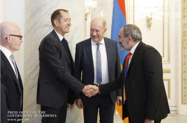 Gunther Pilaski y ejecutivos de Cronimet junto al Primer Ministro de Armenia Nikol Pashinyan