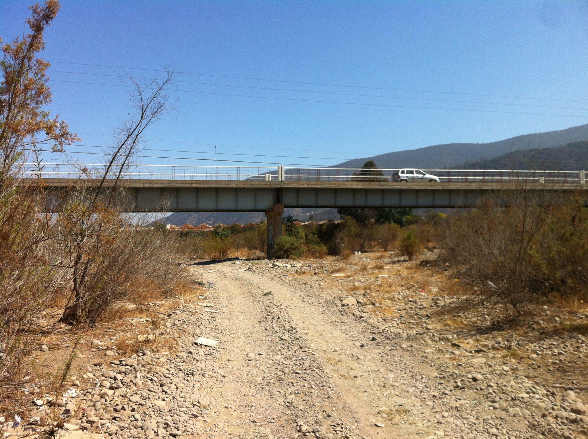La cuenca del Río Petorca, otrora fuente de agua para toda la zona, hoy convertida en camino por donde transitan vehículos.