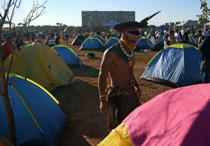 Indígenas de Brasil protestan en un campamento en la capital contra políticas del presidente Jair Bolsonaro CARL DE SOUZA AFP