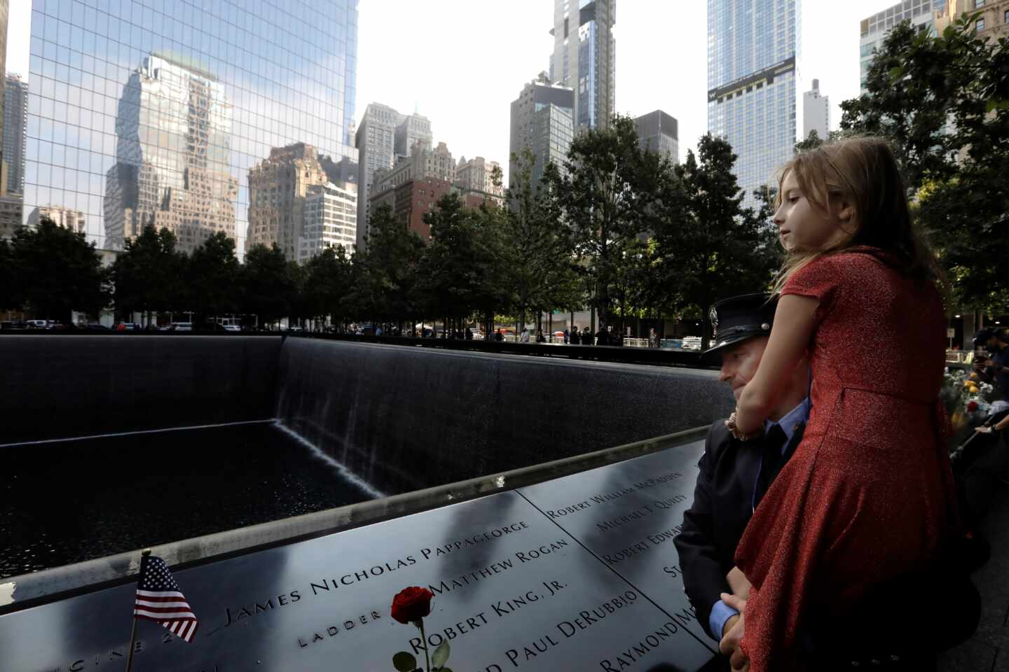 New York (United States), 11/09/2020.- Emily Sheil, with her father New York City Firefighter, Collins Sheil, looks out on the South Tower reflecting pool at the 19th anniversary commemoration ceremony of the 11 September 2001 terrorist attack on the World Trade Center in New York, USA, 11 September 2020. (Atentado, Terrorista, Incendio, Estados Unidos, Nueva York) EFE/EPA/PETER FOLEY