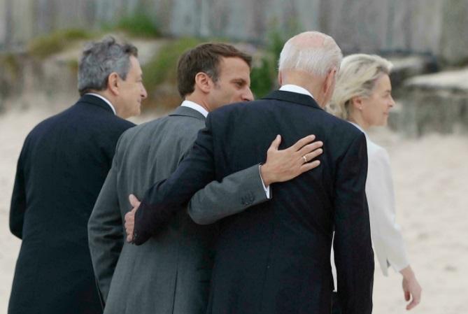 """El presidente estadounidense, Joe Biden, dijo a sus aliados del G7 como el presidente de Francia, Emmanuel Macron, que """"Estados Unidos ha vuelto"""" PHIL NOBLE POOL/AFP/Archivos"""