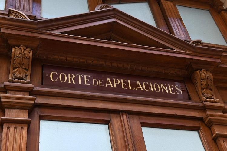 Corte-de-Santiago-puerta-cafe-y-ventanas